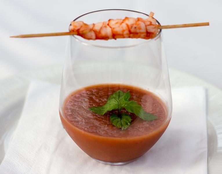 gazpacho-konjak-s-posiranim-skampom-serviran-na-raznjicu-bez-komadica-povrca-5553